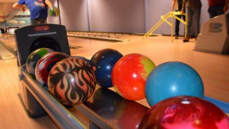 Kampioenen G-bowling Rene de Jong en Yvette Aijal gehuldigd